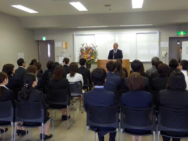 写真:32名の研修生を迎え、7年目の開講式